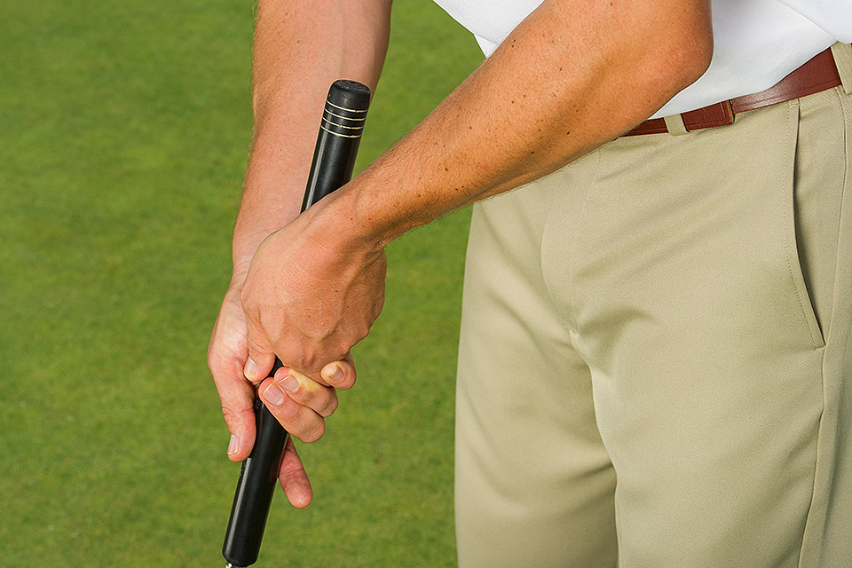 PERMITTED: Traditional grip with mid-length putter.